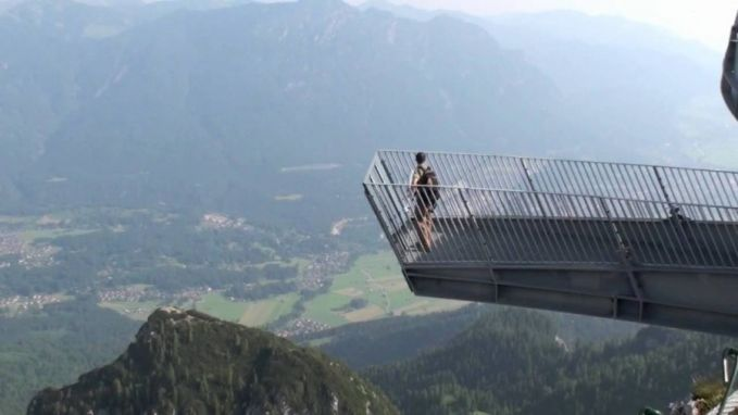 Berdiri diatas menara ini serasa berada diujung dunia. Menara ini berada diketinggian 1000 Mdpl yang letaknya di Alpspix Viewing Platform, Jerman.