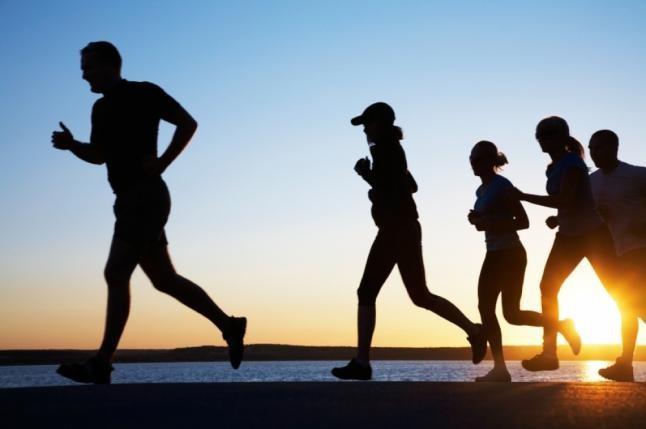 Langkah pertama adalah mulai hari dengan berolahraga pulsker. Sebelum sarapan, mulailah olahraga di pagi hari. Olahraga pagi ini membakar 20 persen lemak lebih banyak dibandingkan setelah sarapan, kata penelitian pada 2013 yang diterbitkan di British Journal of Nutrition. Olahraga sendiri di rumah ini dapat berupa gerakan menantang seperti squat jump dan lunge selama 10 menit.
