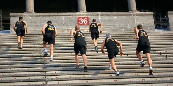 Ingin membakar lebih banyak kalori yang mudah dan simpel? Larilah saat naik turun tangga pulsker. Ambil waktu 10 menit di sela kesibukan untuk naik turun tangga. Naik turun tangga ini dapat membakar sekitar 100 kalori. Kegiatan naik turun tangga ini pun membuat tubuh jadi lebih rileks. Coba aja kalau gak percaya pulsker.