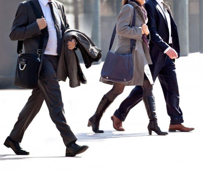 Cara yang paling mudah dan bisa dilakukan dimana saja adalah jalan kaki pulsker. Jalan kaki selama 15 menit berarti membakar hampir tiga kali kalori lebih banyak dibandingkan hanya duduk saja. Ini kata studi baru di Journal of Physical Activity and Health. Jalan kaki pun membantu mempercepat kerja pencernaan. Maka dari itu, jangan mager mulailah jalan kaki.