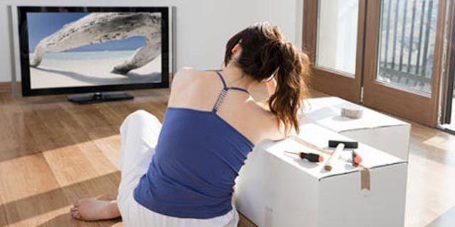 Buat kalian yang suka mager nih, hindari kebiasaan buruk ini. Lakukanlah walaupun kecil sepert aat istirahat iklan di TV, berdiri dan gerakkan badan. Riset Mayo Clinic membuktikan bergerak seperti ini dapat membakar 350 kalori sepanjang hari pulsker. Bergerak ini dapat menghilangkan efek negatif duduk terlalu lama saat nonton TV. Mudah bukan?