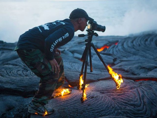 Berani menanggung resiko, walaupun objek bidikannya lava yang sangat panas.