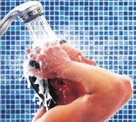 Saat terkena hujan segeralah mandi pulsker. Karena tubuh menjadi rentan terhadap penyakit setelah mengalami perubahan temperatur secara cepat. Mandilah dengan air hangat serta sabun antiseptik untuk menstabilkan suhu badan dan membersihkannya dari kuman-kuman yang dibawa oleh air hujan tersebut.