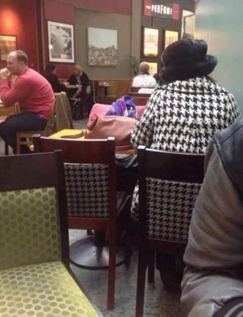 Entah wanita ini sadar atau tidak ya pulsker, tuh lihat saja pakaiannya sama dengan motif yang ada di kursi. Wah, kalau tahu sudah pasti jadi pusat perhatian dan pembicaraan pulsker. Kayaknya sudah jadi pusat perhatian deh, tapi si wanita ini tidak sadar juga.