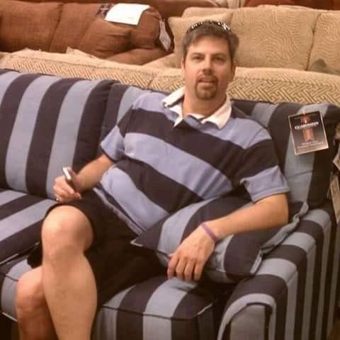 Awalnya pria ini pergi ke toko untuk beli sofa baru. Pas nyampai di tokonya eh ada sofa yang motifnya sama kayak baju yang dia pakai. Tuh lihat pulsker, cuma beda garisnya saja bajunya horizontal sofanya vertikal.