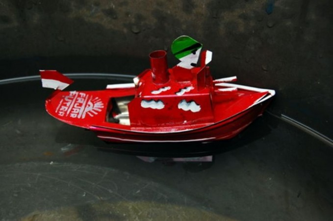 Perahu othok-othok. Rela berjam-jam merhatiin perahu mainan ini.
