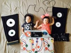 Aksi Lucu nan Menggemaskan Bayi Kembar di Tempat Tidur Ini Bikin Siapa Saja Geregetan
