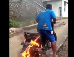 Ghost Rider memadamkan ban terbakar ini jadi viral