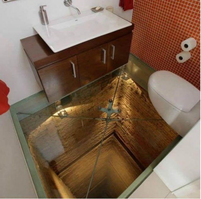 Toilet lantainya kaca? Pulsker takut nggak?