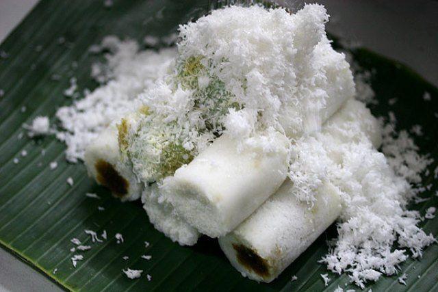 Kue Putu adalah jajanan tradisional dengan bahan tepung beras yang diisi dengan gula merah/gula jawa dengan ditabur kelapa parut saat penyajiannya yang menambah rasa gurih kue putu. Masih ingatkah pulsker dengan suara khas gerobak penjual kue putu ini?