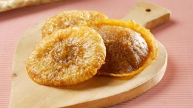 Kue Cucur/Kucur makanan khas betawi yang manis legit karena terbuat dari tepung beras yang dicampur dengan gula merah lalu digoreng hingga membentuk lingkaran.