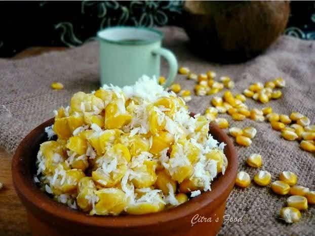 Grontol makanan dengan bahan dasar jagung yang direbus dan ditaburi kelapa parut yang diberi tambahan garam sedikit.