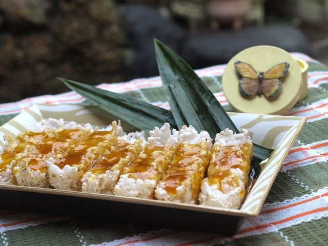 Kue Rangi terbuat dari tepung kanji yang dicampur parutan kelapa kemudian dipanggang dan di beri gula merah cair saat penyajiannya. Kue khas betawi ini sudah sangat jarang ditemui diJakarta.