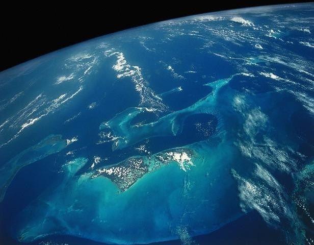 Palung Raksasa Sebagian peneliti beranggapan bahwa di bawah laut segitiga bermuda terdapat sebuah palung raksasa seperti jurang besar, hal ini menyebabkan kapal laut yang melintas di atasnya akan mudah tenggelam. Tetapi teori ini masih belum dibuktikan kebenarannya, karena belum pernah ada yang menyelam di kawasan ini.