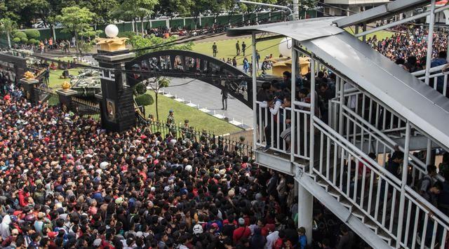 Ribuan supporter timnas yang memadati lokasi penjualan tiket AFF 2016 Makostrad, Jakarta Pusat.