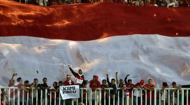 Mengumandangngkan lagu Indonesia Raya dan mengibarkan bendera raksasa yang sampai menutupi tribun timur, utara, dan selatan.