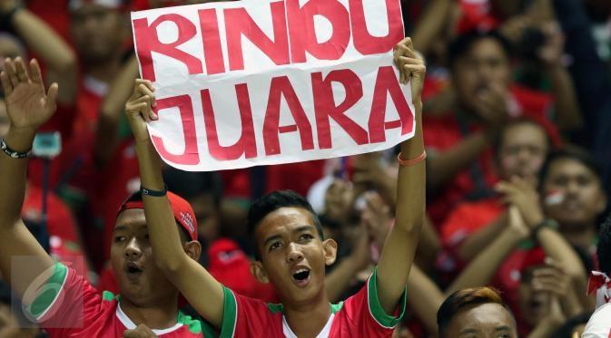 Keseruan supporter timnas Indonesia didalam stadion Pakansari, Bogor.