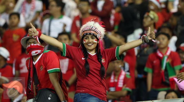 Selebrasi para penonton saat timnas Indonesia mencetak gol.