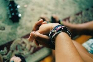 Pegang tangan pacar, pacar sendiri ya jangan pacar orang.