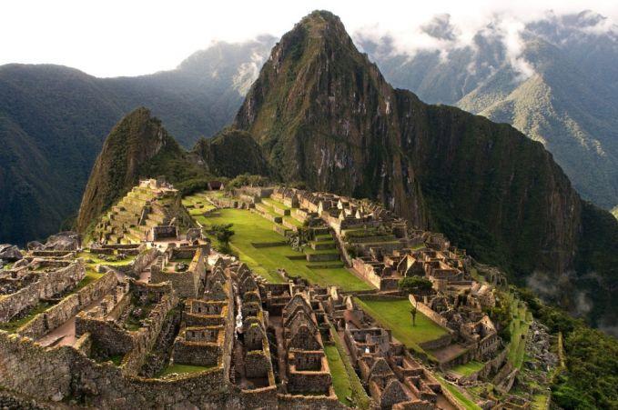 Kamu bisa berjalan di Inca Trail menuju kota suci Machu Picchu, Peru. Bangunan ini dibangun sekitar 600 tahun yang lalu oleh suku Inca. Saat kamu menuju kesana, kamu akan melewati hutan, kemudian mendaki pegununungan dan pada akhirnya kamu akan melihat keajaiban yang nyata yaitu Kota Diatas Awan. Kota suci dari Kekaisaran Inca di Machu Picchu, Peru.