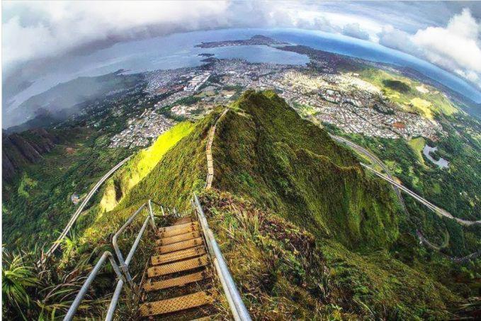 Jangan dikira kalau Hawai cuma punya pantai yang indah. Ternyata disana kamu juga bisa mendaki Tangga Menuju Surga. Dari atas ketinggian puncak dari tangga ini kamu bisa menikmati indahnya Hawai dari ketinggian ribuan meter. Bisa dijamin liburanmu disini nggak kalah seru dengan teman-temanmu.