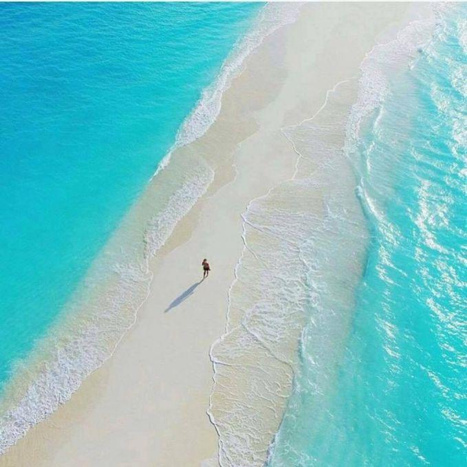 Menikmati bisikan ombak di Maladewa. Maladewa yang juga terkenal dengan nama Maldives juga menyimpan keindahan yang sangat luar biasa. Tempat ini pas banget jika kamu kunjungin bersama pasangan Puslker. Disni kamu bisa menikmati birunya ombak dan putihnya pasir pantai. Dijamin bikin tahun barumu makin romantis.