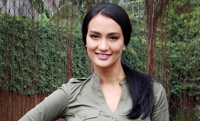 Selanjutnya ada aktris Atiqah Hasiholan. Namun harapan para pria untuk mendapatkan cintanya kandas sudah pulsker. Karena tahun 2013 silam Atiqah dipersunting oleh seorang aktor kawak Rio Dewanto nih pulsker.