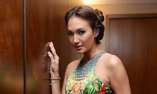 Juga dengan Nadine Chandrawinata pulsker. Wanita kelahiran Jerman 32 tahun silam ini memiliki segudang prestasi, diantaranya menjadi Putri Indonesia di tahun 2005 lalu.
