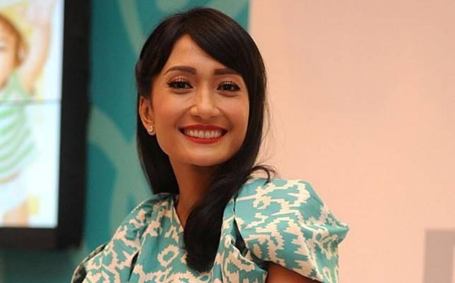 Ini dia model berbakat dengan senyum yang menawan, Artika Sari Devi. Wanita yang pernah mewakili Indonesia dalam ajang Miss Universe 2005 silam ini juga memiliki warna kulit yang eksotis pulsker. Dan harapan para pria mendapat cintanya pun kandas, karena di 2008 silam dirinya telah dipinang oleh seorang penyanyi kawak Ibrahim Imran alias Baim.