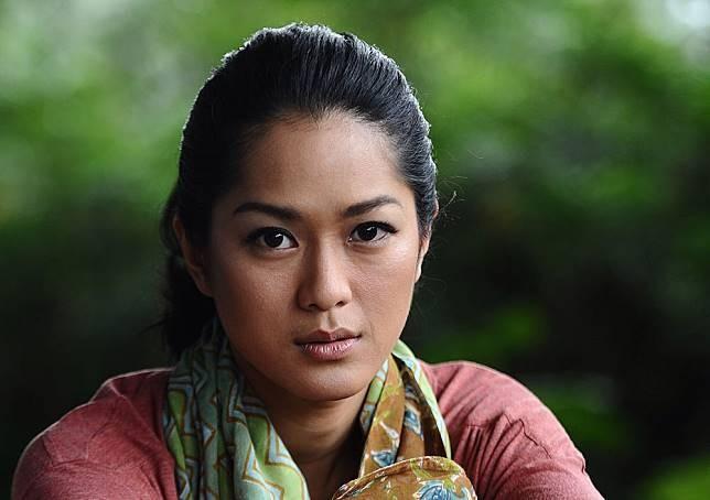 Next, ada aktris yang membintangi film 'Sokola Rimba' sebagai sosok Butet Manurung. Dia adalah Prisia Nasution. Aktris sekaligus model yang akrab disapa Phia ini diam-diam memiliki warna kulit eksotis yang begitu disukai para cowok.