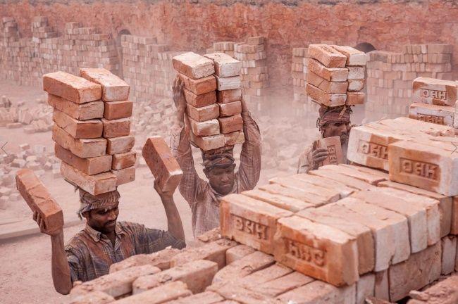 Gambar tersebut merupakan Para Pekerja Asia yang tidak memiliki skill khusus dalam bidang tersebut. Namun, mereka dipakasa untuk bekerja keras oleh keadaan.