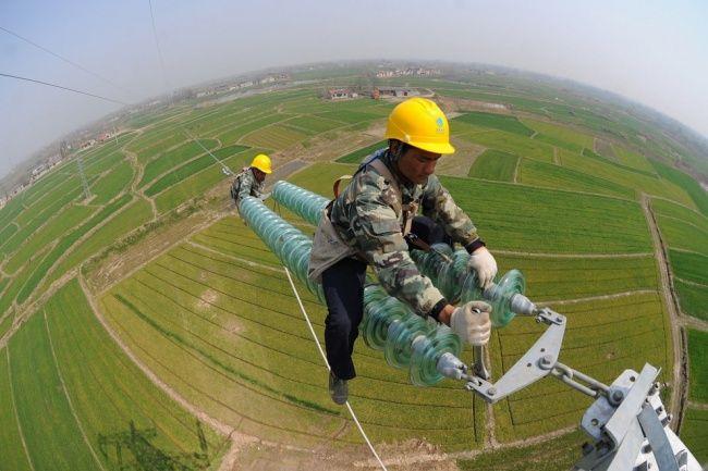 Yang satu ini merupakan pekerja yang sedang memasang kabel listrik bertegangan tinggi di China, tanpa terlihat takut mereka dengan teliti melakukan pemasangan kabel. Hiii, ngeri ya Pulsker.