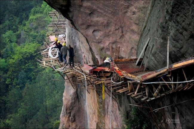 Yang satu ini merupakan para pekerja, kontraktor, ataupun pemahat yang tempat bekerjanya di sisi pegunungan. Dimana tempat tersebut sangat berbahaya untuk mereka lalui.