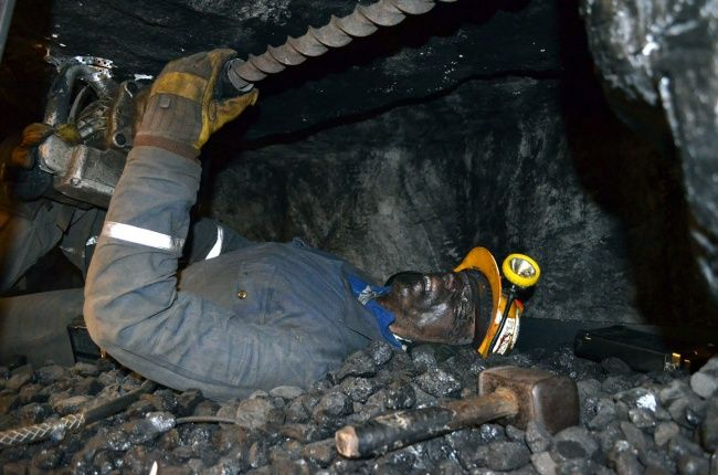 Penambang, mereka bekerja menggali tanah hingaa kedalaman meter hingga kilometer hanya untuk mencari mineral bumi. Namun, terkadang banyak juga penambang yang tidak memiliki ilmu bahkan pengalaman di bidang pekerjaan tersebut.