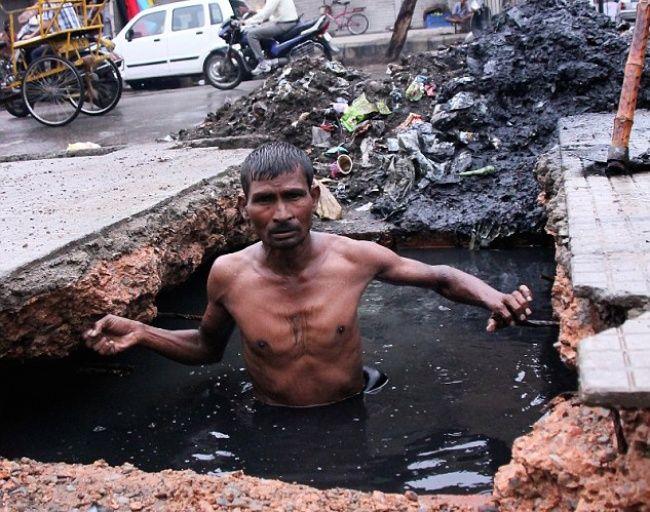 Pembersih selokan di India ini rela masuk kedalam gorong-gorong yang kotor dan bau hanya untuk menafkahi diri dan keluarganya. Yang ini nggak tega banget liatnya Pulsker..hiks