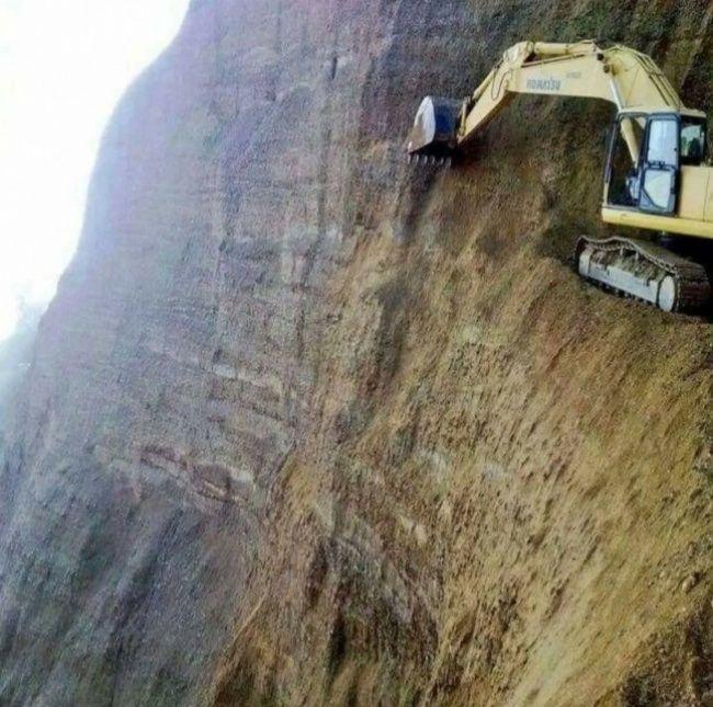 Hiii. Yang berikut merupakan penggalian tambang mineral. Pekerja tentu sudah dilengkapi alat keselamatan kerja yang terjamin. Tapi tetep aja ngeri ya Pulsker...