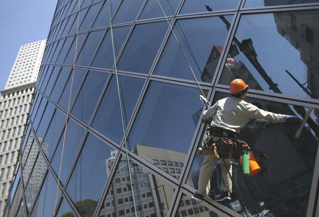 Para pembersih kaca gedung pencakar langit. Mereka dituntut harus membersihkan kaca di ketinggan beratus-ratus meter. Engga kebayang kan gimana gemetarnya kaki kita diatas gt?