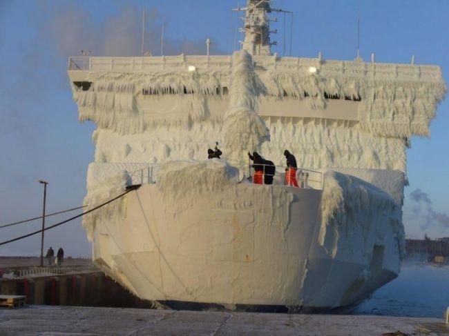 Pekerja tersebut merupakan office boy di kapal-kapal besar. Mereka sedang membersihkan kapal dari pembekuan es pada musim dingin. Kira-kira kapan selesainya ya Pulsker??