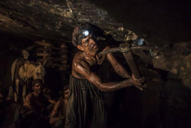 Terlihat penambang mineral di Pakistan tersebut bersusah payah menggali. Penambang tersebut juga terlihat tidak dilengkapi alat keamanan yang memadai.