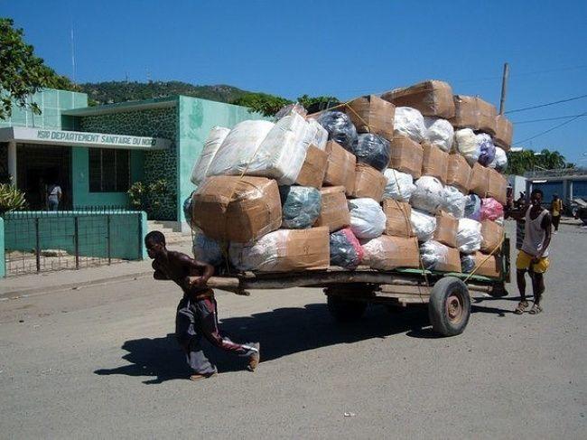 Yang terakhir ini merupakan para pekerja kasar atau di Indonesia dikenal sebagai buruh serabutan. Mereka harus mengantar paket dengan menarik gerobak yang penuh isi. Bahkan terlihat overload atau melebihi kapasitas.