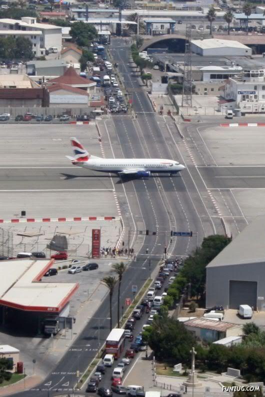 Gibraltar Airport, inggris. Mirip kereta yang mau lewat ya, keamanannya dengan portal yang menutup saat pesawat akan lewat.