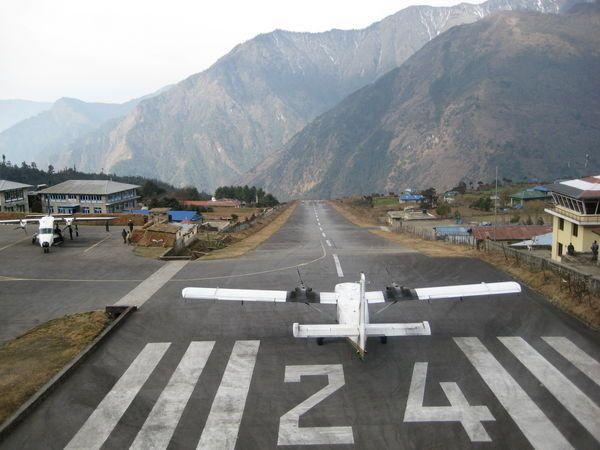 Lukla Airport/Bandara Tenzing Hillary, Nepal. Landasannya hanya sepanjang 500 meter, dan disisi lain terdapat jurang yang dalam. Pilotnya salah dikit bisa fatal dah.