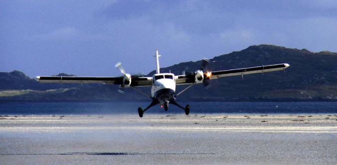 Bandara Barra, Skotlandia. Bandara satu-satunya yang landasannya berpasir lebih tepatnya di pantai Traigh Mhor.