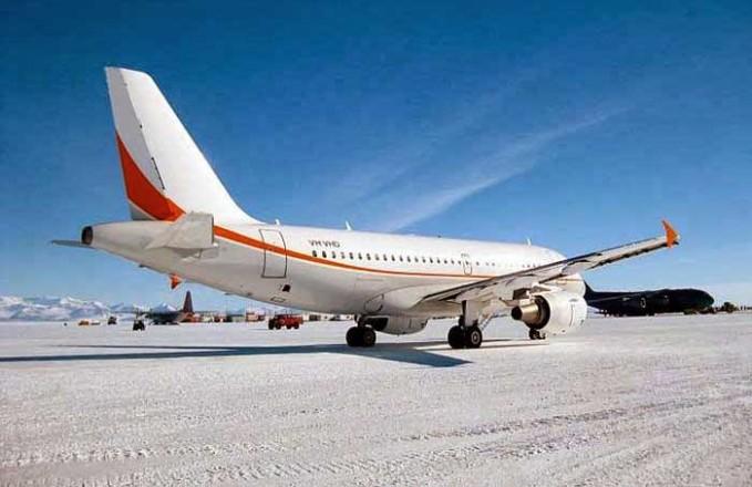 Ice Runaway, Antartika. Landasannya diatas ice dan salju keren sih tapi serem ya?
