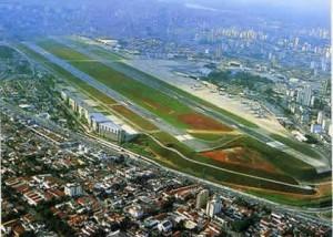 Congonhas Airport, Brazil. Landasannya ada ditengah-tengah kota, untung nggak banyak gedung pencakar langit.