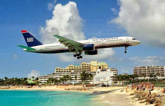 Bandara Internasional Princess Juliana, belanda. bandara yang ketika terbang akan tepat diatas jalan dan diatas para turis-turis yang sedang berwisata di pantai Maho.