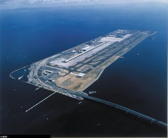 Ada juga bandara yang ada di jepang, letaknya diatas pulau buatan para insinyur yang ada di jepang. Karena terbatasnya tempat untuk dijadikan bandara.