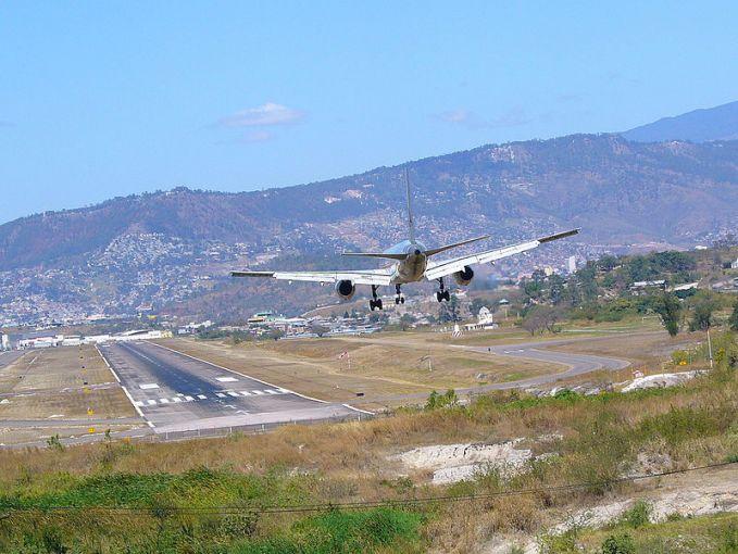 Bandara Internasional Toncontin, Honduras. Bandara yang dikelilingi dengan perbukitan.