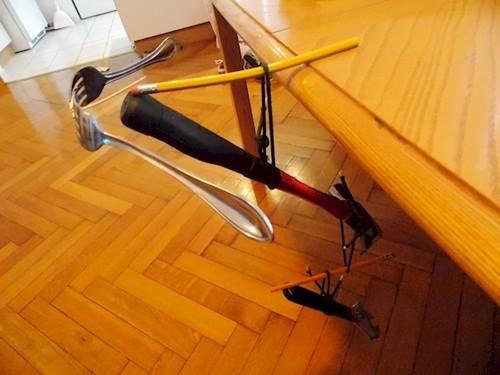 Coba lihat, sebatang pensil diatas meja bisa menopang berbagai benda berat lainnya sepeti sendok, garpu, obeng hingga palu. WOW!