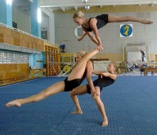 Walaupun berbadan kecil, namun penari balet yang paling bawah ini bisa menopang dua penari lainnya hanya dengan paha dan tangan. Kok bisa ya?